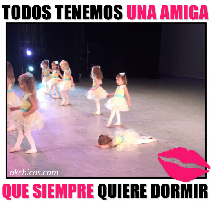 meme ok chicas niñas en escenario y niña acostada en el suelo
