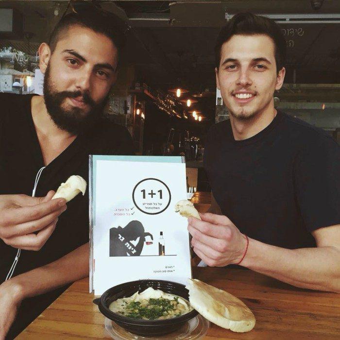 hombres sentados comiendo