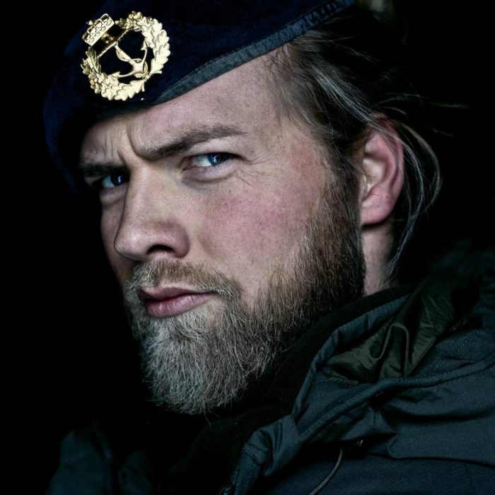 hombre rubio barba tupida gorro oficial de marina