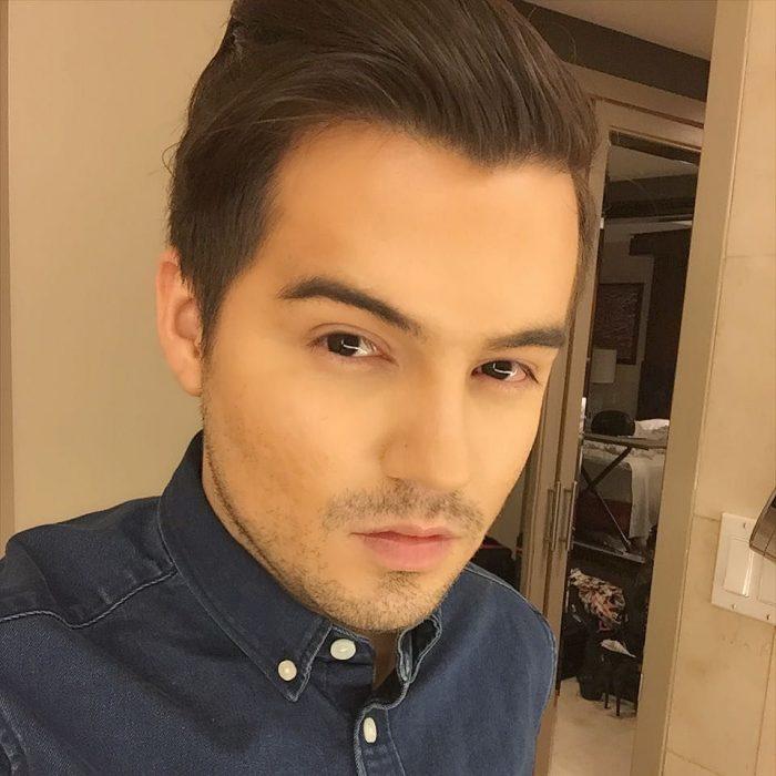 hombre blanco con camisa azul y barba