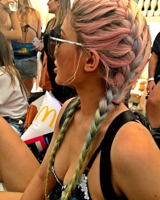 mujer morena cabello rosa pastel y verde en las puntas