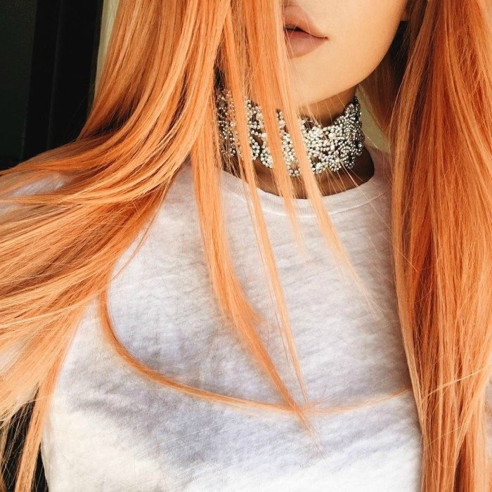 mujer collar labios cafe y cabello naranja