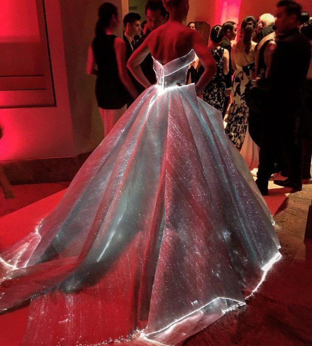 mujer en evento con vestido de princesa que brilla