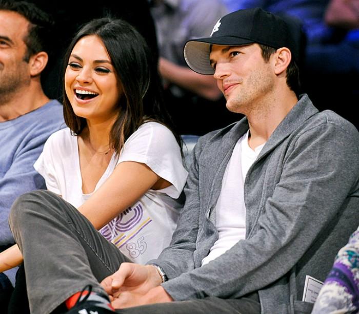 pareja sentada viendo partido de basketball