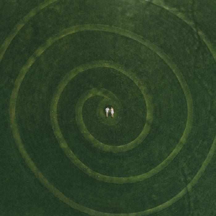 pareja acostada en centro de jardin en espiral