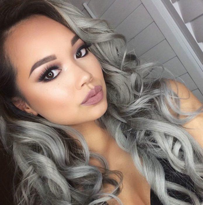 mujer morena con cabello gris