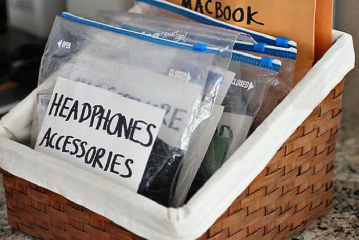 bolsas ziplock en una cansata con cosas dentro