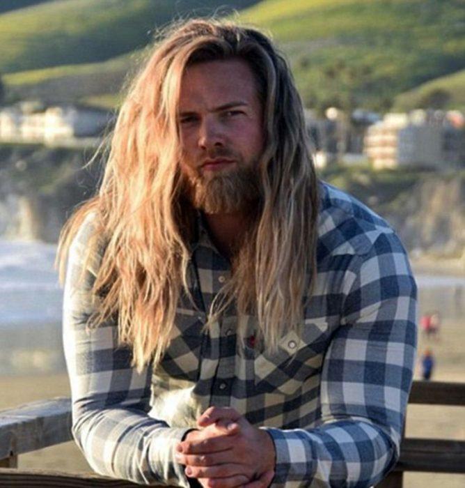 hombre cabello rubio barba y camisa cuadros