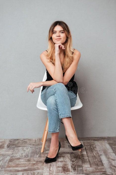 Chica sentada con las piernas cruzads