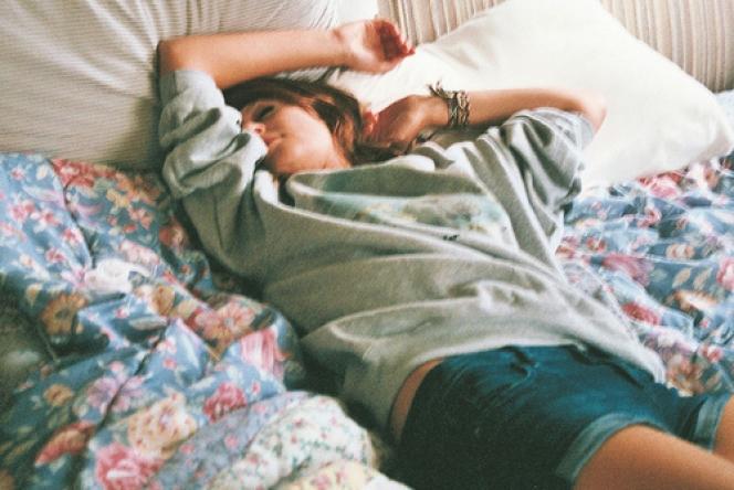 Chica recostada durmiendo