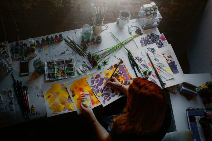 Chica pintando cuadro al oleo