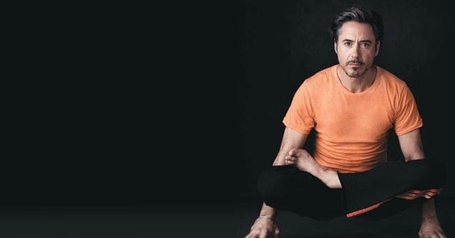 robert downey jr haciendo yoga