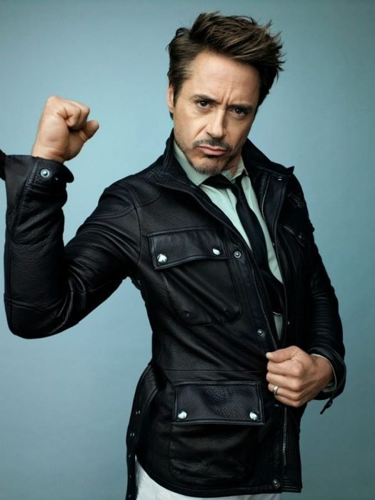 robert downey jr en pose levantando el puño