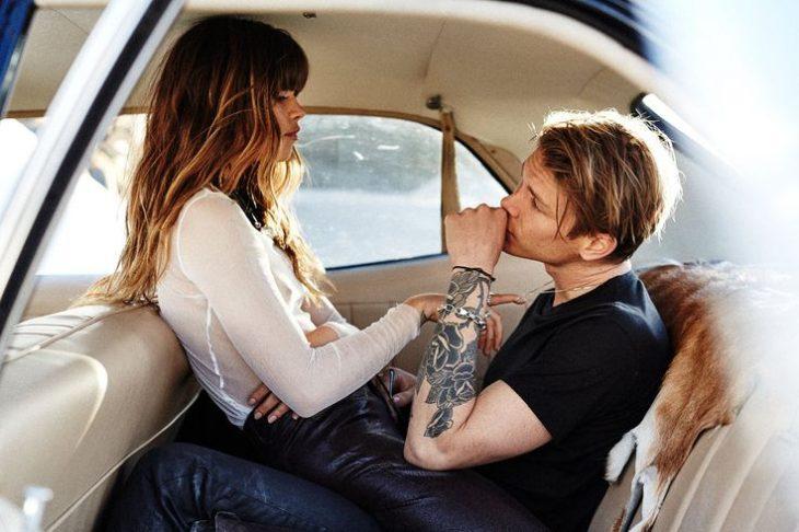 pareja en parte de atrás de coche