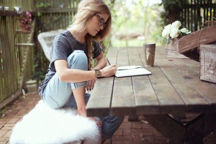 chica escribiendo al aire libre