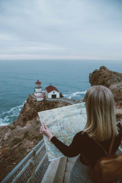 chica interpretando un mapa