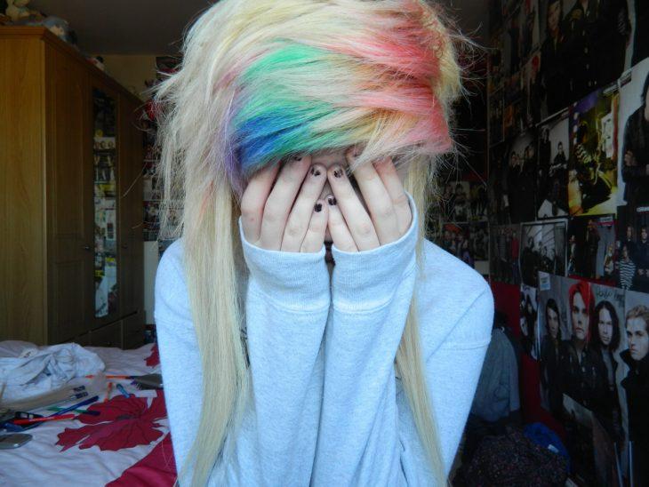 chica con cabello de colores cubriendo su cara