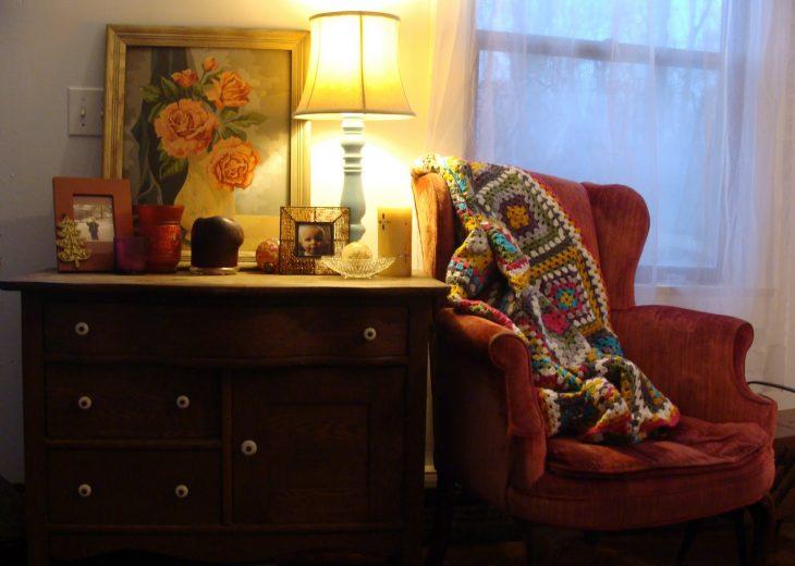 sala de casa de la abuela con cobija tejida a mano