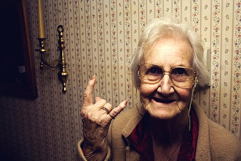 abuelita haciendo señal de rock
