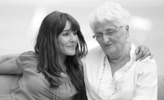 nieta y abuela platicando