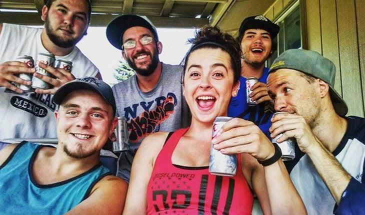 chica bebiendo cerveza con chicos