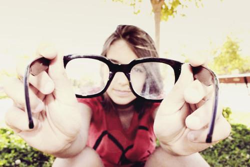 chica con lentes sucios