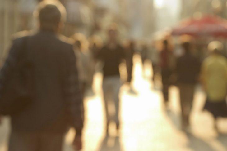 vista borrosa de personas en la calle