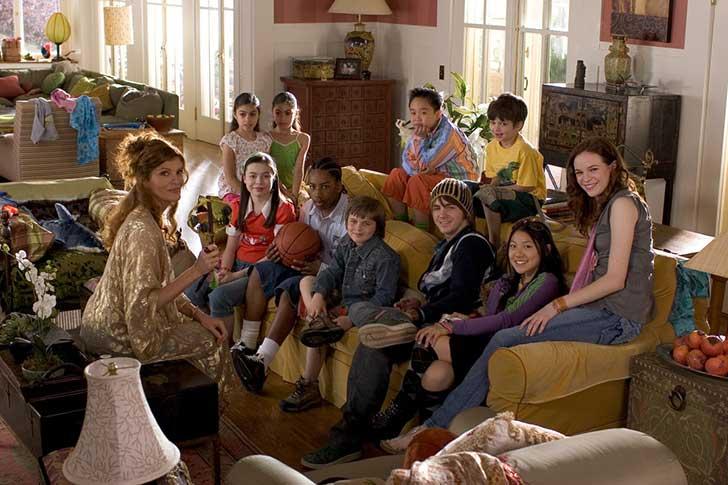 muchos niños sentados en el sillón