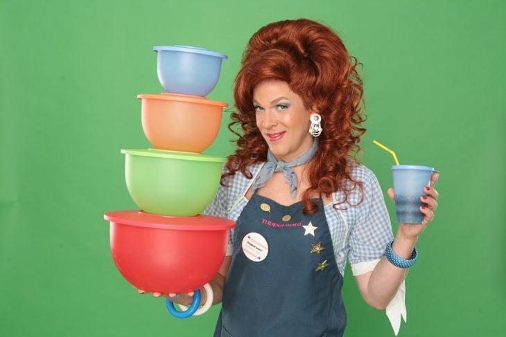mujer con recipientes de plástico