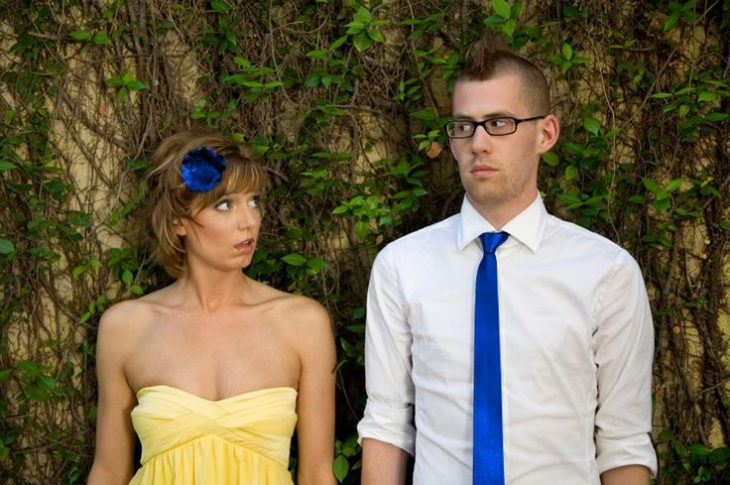 pareja en fiesta no habla