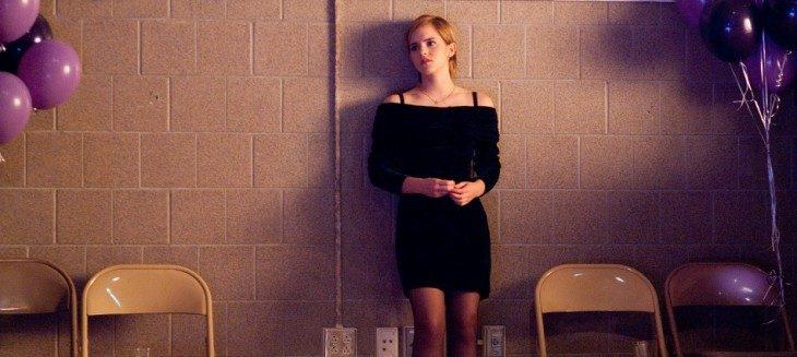 chica sola en una fiesta