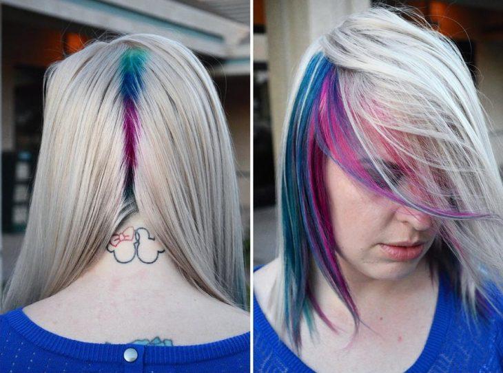 Chica con las raíces del cabello teñidas en colores azul, rosa y verde