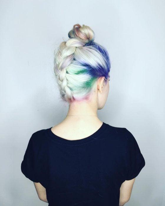 Chica con las raíces del cabello teñidas en colores azul, rosa, verde y morado
