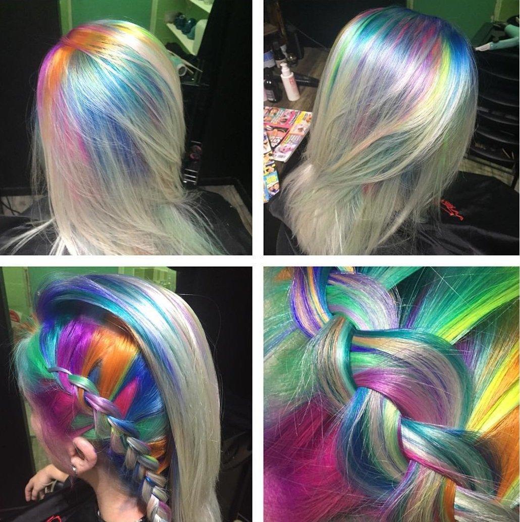 chica con las races del cabello teidas en colores del arcoris
