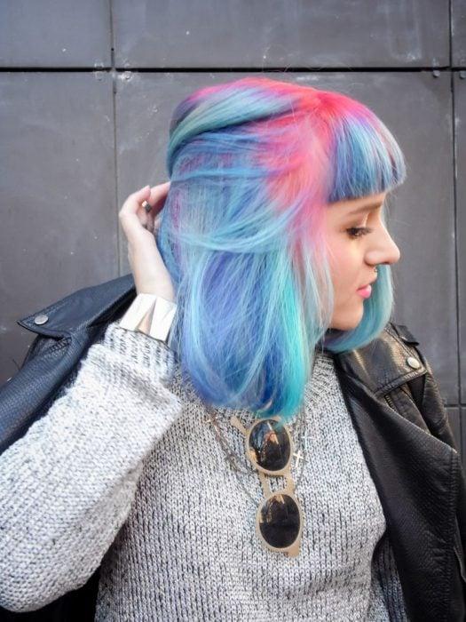 Chica con las raíces del cabello teñidas en color rosa