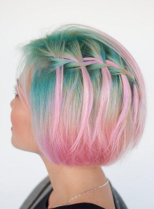 Chica con las raíces del cabello teñidas en color verde