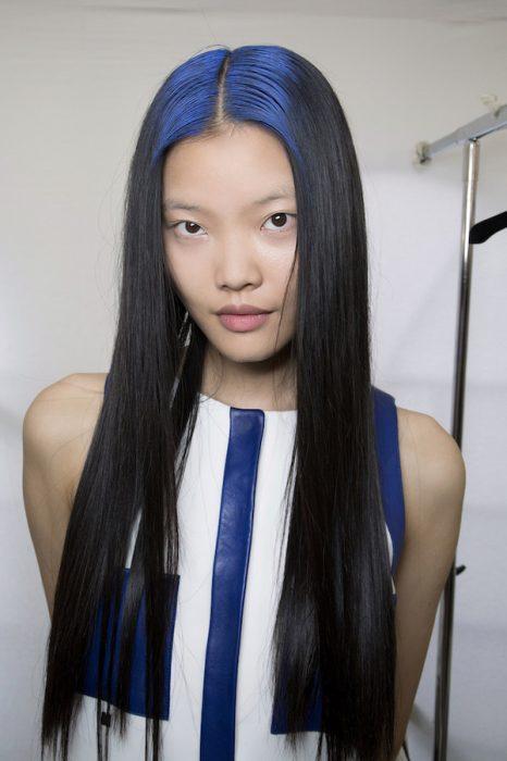 Chica con las raíces del cabello teñidas en color azul