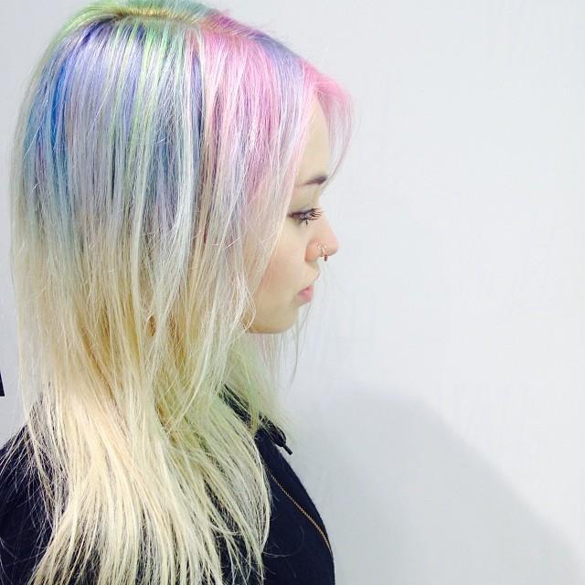 Chica con las raíces del cabello teñidas en colores del arcoíris