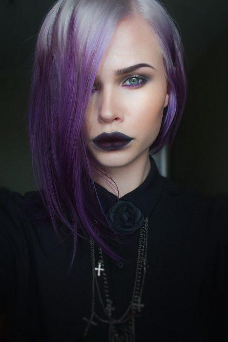 Chica con las raíces del cabello teñidas en color platinado