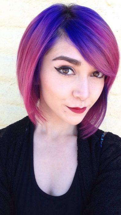 Chica con las raíces del cabello teñidas en color morado