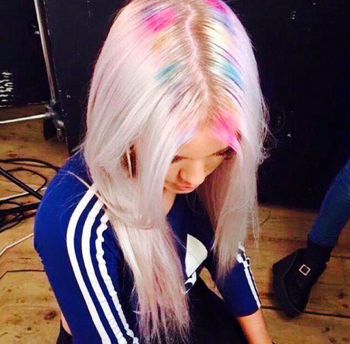 Chica con las raíces del cabello teñida de colores