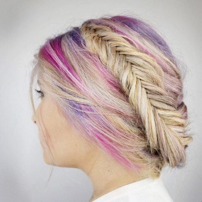 Chica con las raíces del cabello teñidas en colores como el arcoíris