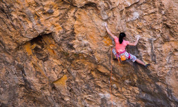 chica escalando