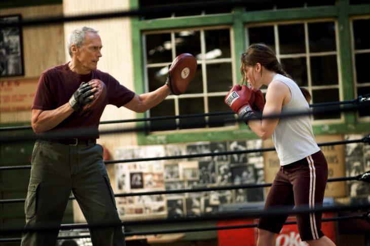 hombre mayor entrenando box a chica