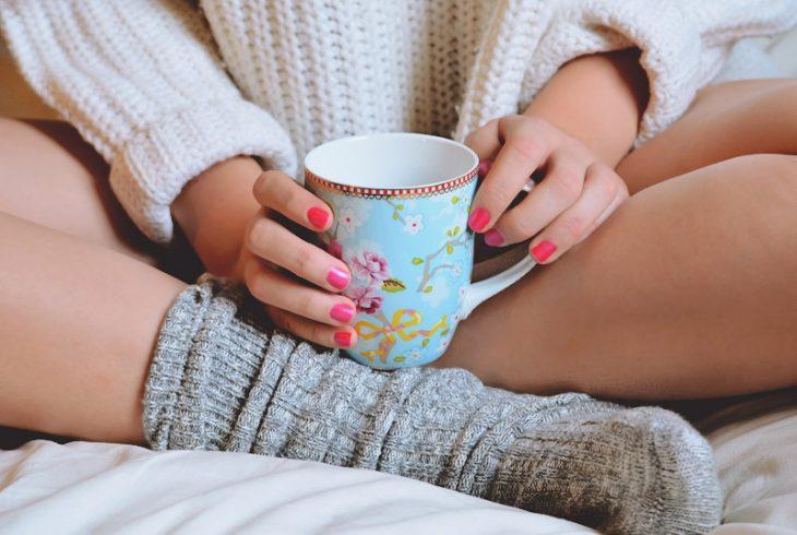chica con calcetines tomando café