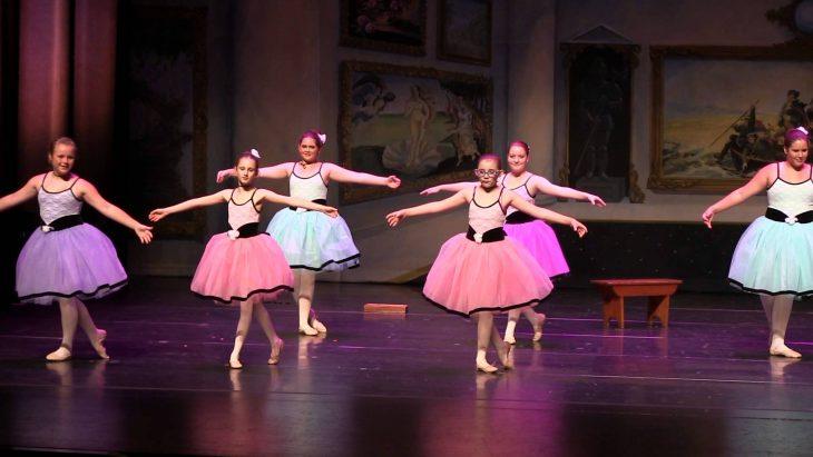niñas bailando en escenario