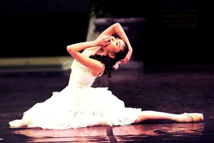 bailarina en el suelo