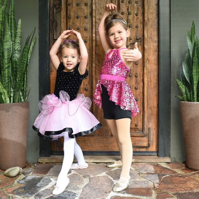 pequeñas bailarinas con traje de brillo