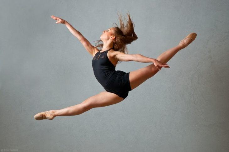 chica bailarina en salto
