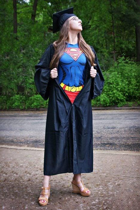 chica con toga y blusa de superwoman debajo